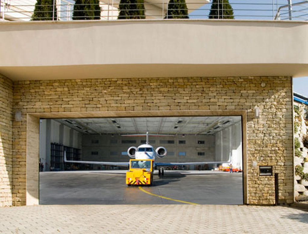 Garagentor individuell bedruckt mit Flugzeug im Hangar